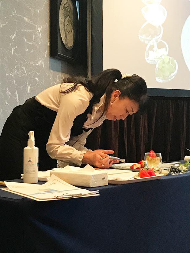 フルーツアートデザイナーの高梨由美さんによる、スカイベリーを用いたフルーツアートの実践。