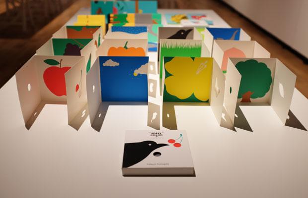 『Little Eyes』シリーズ。カードを開くとシンプルな形が、大きくなったり形が変わったり。娘のあいさんの成長とともに内容が進化した10種類が偕成社から刊行された。