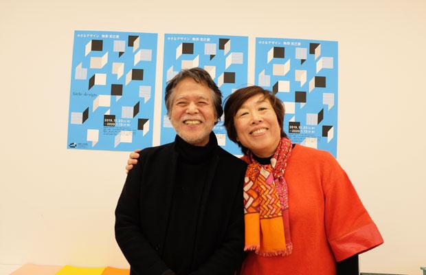 左が駒形克己さん。右が学芸員の松岡希代子さん。板橋区立美術館と駒形さんとの縁は以前から深く、展覧会カタログのデザインやワークショップなどで仕事をともにしてきた。この美術館のロゴマークのデザインも駒形さんが手がけている。