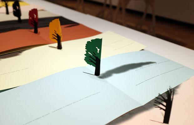 『Little Tree』は1本の木が成長し変化していくさまを最小限の表現で描き出した美しい一冊。