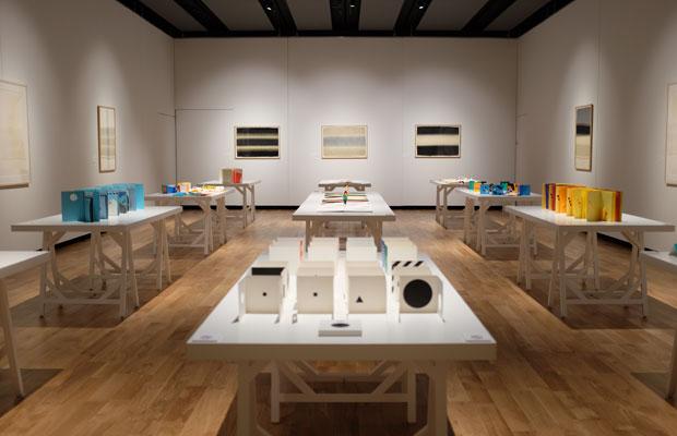 駒形さん自身が本をオブジェのように並べた展示室。