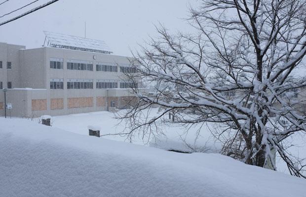 旧小学校に隣り合うように建っている旧中学校。