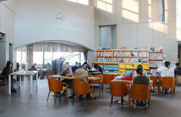 さっぽろ天神山アートスタジオの交流サロン。アーティストが滞在するだけでなく公園を散歩する人々がくつろげるスペースとして開放されている。(写真提供:さっぽろ天神山アートスタジオ)