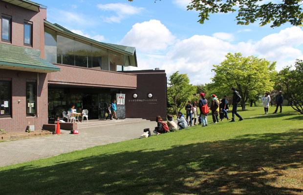 四季折々の美しい風景が楽しめる天神山緑地公園の中にさっぽろ天神山アートスタジオはある。(写真提供:さっぽろ天神山アートスタジオ)