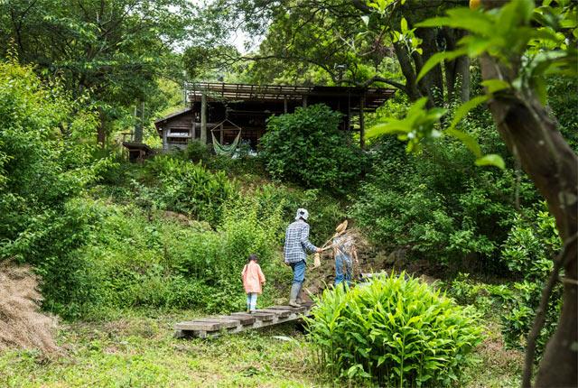 森の中の家に向かう松川さんご一家
