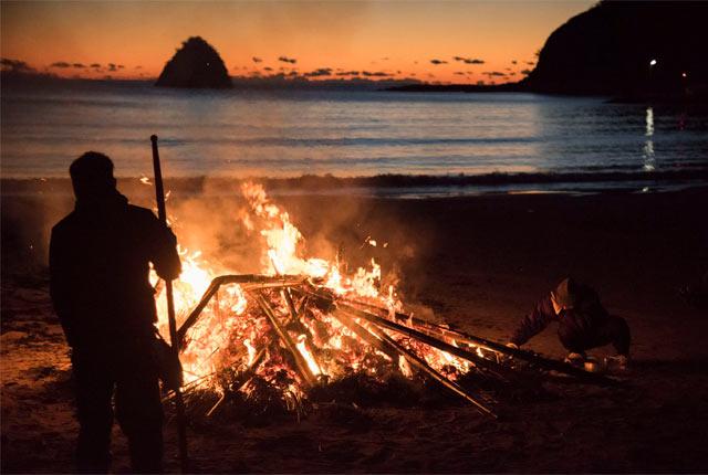 浜辺でどんど焼き