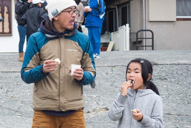 餅をほおばる夫と娘