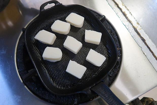 奥州のお雑煮には角餅が使われます。水沢の伝統工芸品〈南部鉄器〉で焼きました。