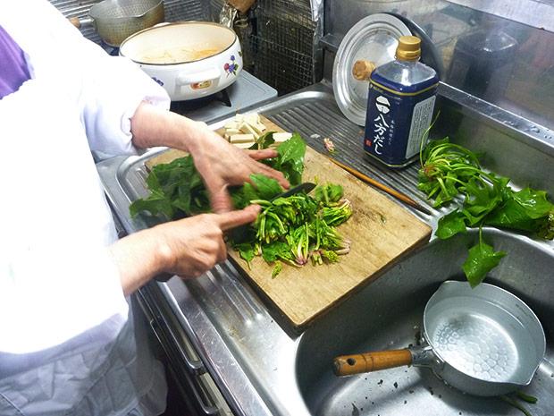 JA信州うえだで料理教室の講師をされていた土屋さん。「やってみる?」とつくり方を教えてもらいつつ、お手伝いをしました。