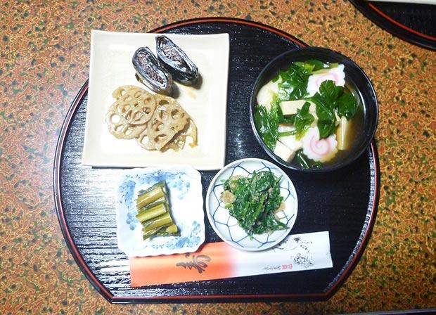 右上からお雑煮、ほうれん草のおよごし(くるみ和え)、野沢菜の漬物、れんこんのきんぴらと昆布巻き。