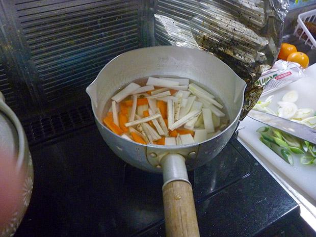 千切りにした具材を煮ていきます。