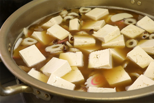 ちくわをたっぷり入れた大汁の鍋。