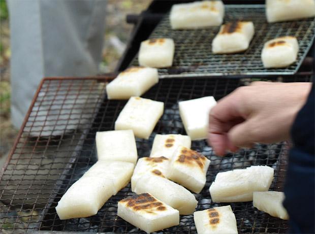 お餅は炭火で焼いてお雑煮へ。