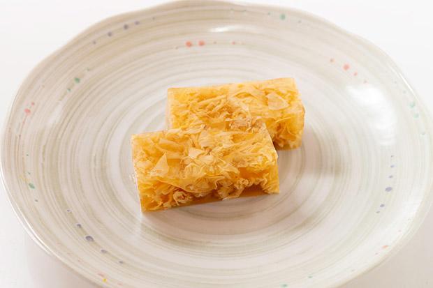 金沢の郷土料理であり、おせちの定番「えびす」。寒天に溶き卵を流し込んでかためたもので、ゴージャスな見た目で、おせちに華を添えてくれます。