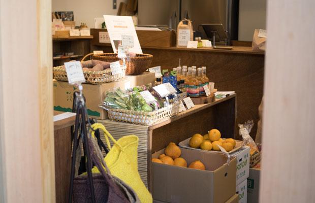 全国の生産者とつながり野菜や加工品を販売する、西日暮里の小さな八百屋