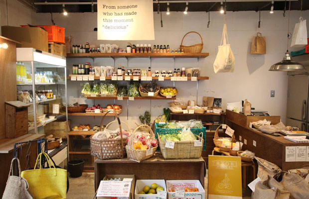 全国の生産者さんから送られてくる野菜や加工品などを販売する八百屋TAYORI MARKET。HOMEMAKERSの野菜やシロップも並んでいます。