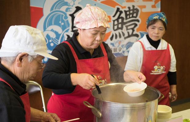 「小豆島島鱧試食・提案会」にて、たくさんのハモ料理を用意してくださったお母さんたち。