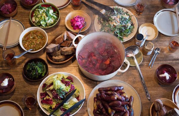 ある冬の日のうちの食卓。〈HOMEMAKERS〉の野菜を中心に、パンはサツマイモと交換で送っていただいたもの、調味料は友人がつくったもの。