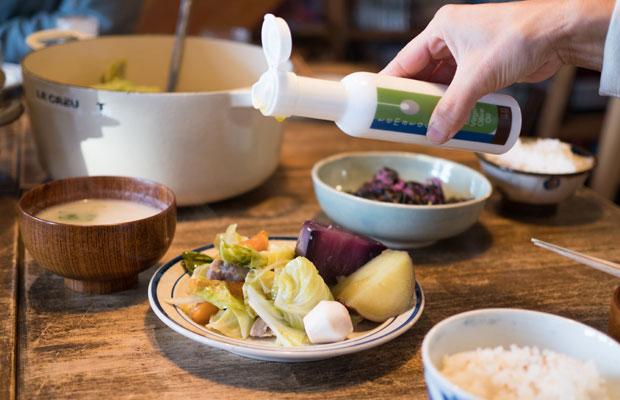 畑作業を手伝ってくれているオリーブ農家〈tematoca〉さんのエキストラヴァージンオリーブオイルも食卓に並びます。