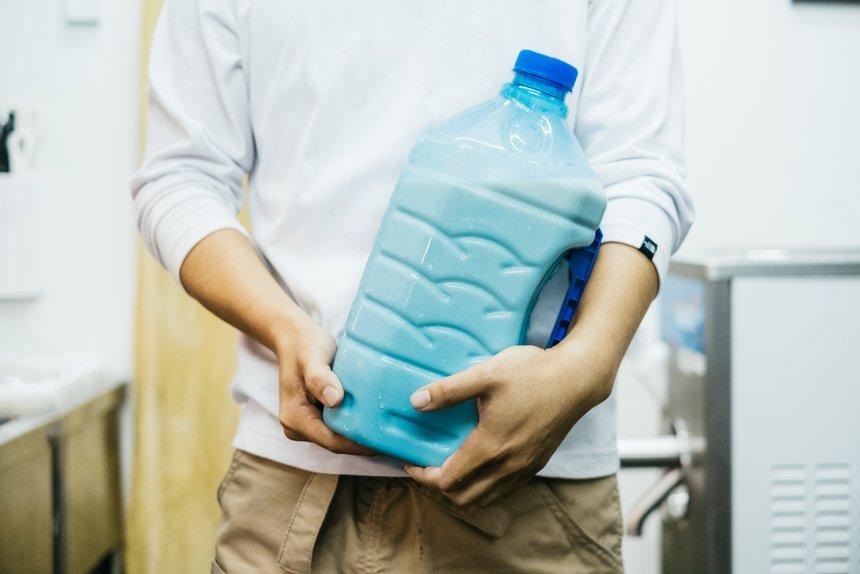 実家の〈藤井牧場〉から直送される生乳。そのまま飲ませてもらったところ、ほのかな甘みでさっぱりとしており、とてもおいしかった。