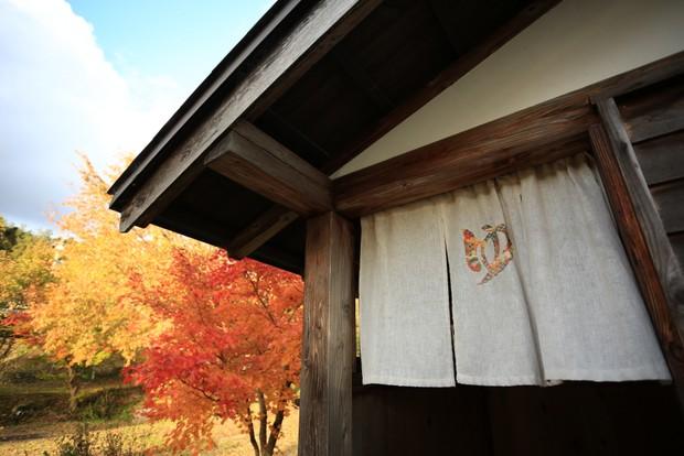 敷地内にある露天風呂。浴槽からは富山湾が一望できる(4〜10月の晴れた日のみ入浴可)。