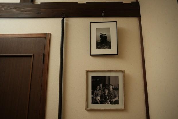お店に飾られた家族写真。