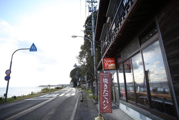 民宿ふらっとがオーダーしてパンをつくってもらっている〈Noto Pain〉。以前、民宿があった場所で、現在は1.4キロ離れた海の見える高台に移転している。