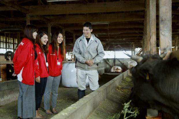 実際に、畜産家を訪れて話を聞く新潟のアグリガール。