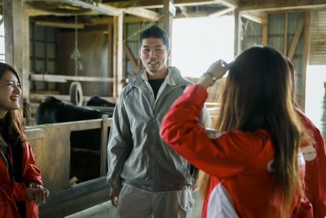 新潟支社のアグリガールたちは、ことあるごとに農家を訪ね、牛舎の様子を見、農家の話に耳を傾ける。「肩肘張らずにお話できるのがうれしくて。農家さんに通うことで、私たち自身が癒されています(笑)」