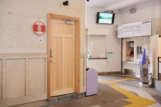 駅舎内から客室へと続く入り口は、まるで秘密の扉のよう。