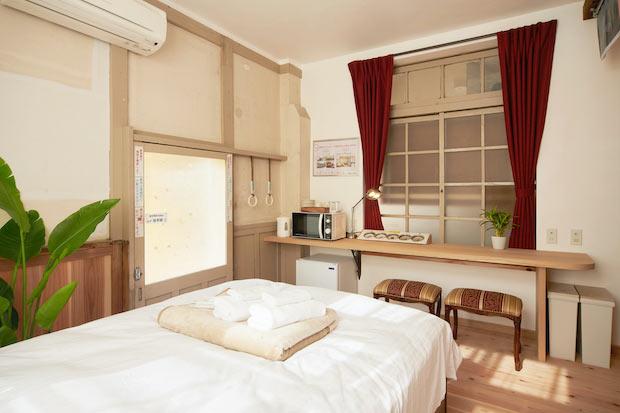 〈天空〉の室内。17平米のコンパクトな空間にダブルベッドを1台置いた2人部屋です。