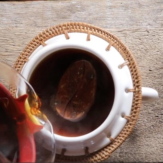 コーヒーを注いで20秒ほどで味が変化してくる。〈備前珈琲玉〉は入れたままでOK。