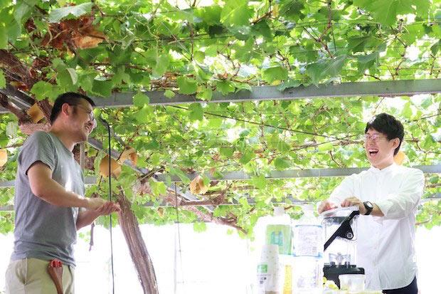 〈林ぶどう研究所〉の林慎悟さん(左)と〈モアフル〉の橘将太さん(右)。