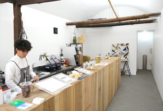 こちらのカウンターは岡山県産のスギの木でできているそう。テイクアウト専門店でありながら、清潔感のある店内はついつい長居して話し込んでしまいたくなる雰囲気があります。