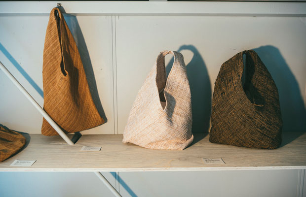 新潟県村上市の山北(さんぽく)地域に伝わる「シナ布(ふ)」のシリーズ。シナ布は、シナの木の皮の繊維をよって糸をつくり、その糸から織られる古代織物のひとつ。現在は山北の雷(いかづち)集落のほか、2、3の山里で細々とつくり継がれている。エフスタイルは産地の活動を伝える立場として関わりながら、バッグや小物などを制作。