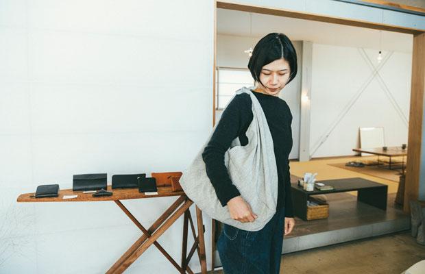 〈亀田縞の風呂敷〉を持つ五十嵐恵美さん。