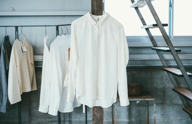 新潟市亀田の農民たちが水と泥に強い織物をつくっていたことから始まった綿織物、亀田縞の〈ベーシックシャツ〉。縫製は新潟県糸魚川市にある〈美装いがらし〉によるもの。
