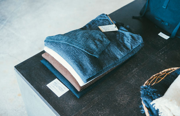 東京都八王子市の〈佐藤ニット〉と改良を重ねてつくり上げた「ホールガーメント」のニット。ホールガーメント(無縫製ニット)は、袖部と胴が一体に編み上げられるため、縫い目がないのが特徴。スムーズな着心地とラインの美しさが魅力。