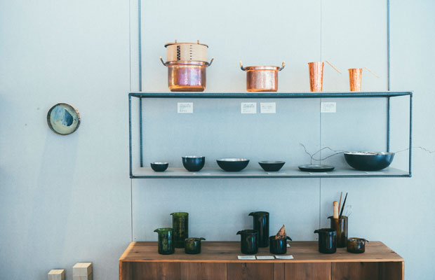 銅の鍋や再生ビンの計量カップなど、調理器具も取り揃える。上段のわっぱ鍋の鍋は〈イソダ器物〉によるもの。