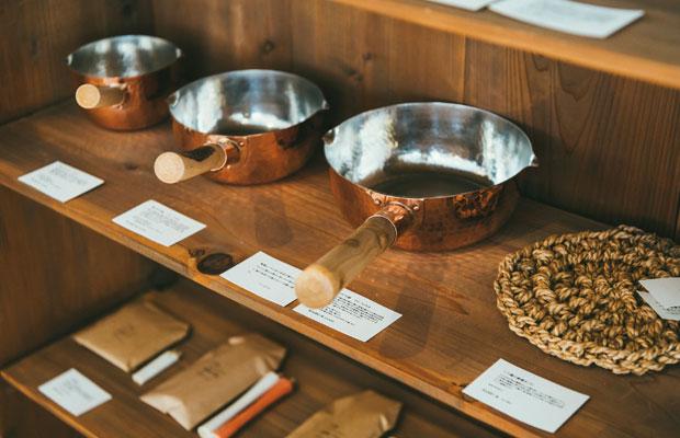 新潟県燕市のイソダ器物の行平鍋。1枚の銅板をへら絞りという昔ながらの技法で成形している。持ち手は新潟の間伐材を使用した、阿賀野市の〈工房るるの小屋〉制作のもの。このほかに銅の片口や燭台、皿なども揃う。
