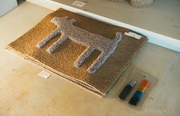 山形県の〈穂積繊維工業〉の職人がハンドフックを用いて織り上げた〈ハウスドギーマット〉。