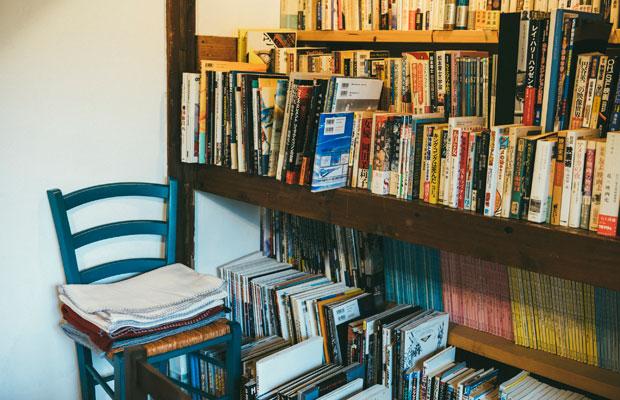 映画関連の本を中心にさまざまな本が並ぶ。