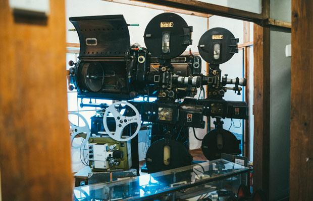 相川の映画館で稼働していたカーボン式映写機を展示。「35ミリ映写機からデジタルまで、メディアを問わずに上映できる映画館を目標にしています。いずれは地域に眠る資料映像なども上映できたらうれしいですね」と、堀田さん。