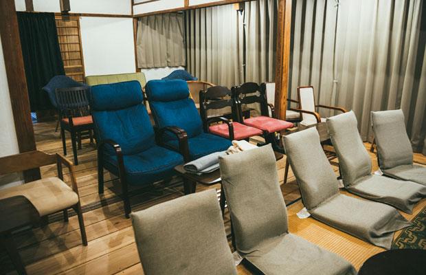 いろいろな椅子が並ぶガシマシネマの上映スペース
