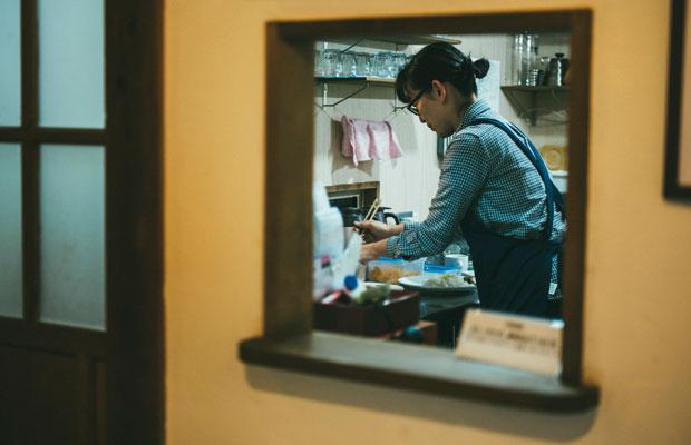 上映もカフェも堀田さんがひとりで切り盛り。
