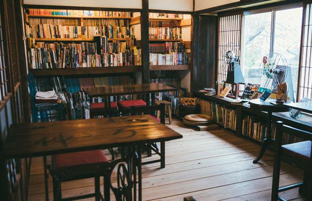 カフェスペース。もとの姿を生かした家具も多く、手前のテーブルはミシン台を再利用したもの。地元の人たちに寄付してもらったイスも。