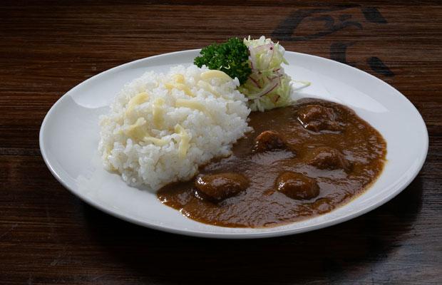 調理師経験のある旦那さんがつくる、風味豊かな「鶏香味野菜カレー」(650円)。この時期はおけさ柿が添えられていました。(写真提供:ガシマシネマ)