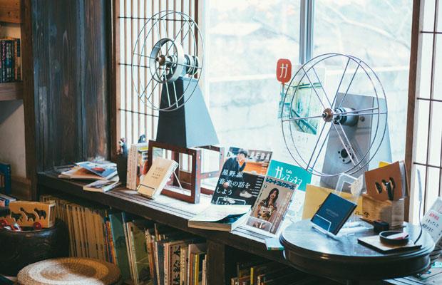 「今月の本棚」コーナー。このとき上映していた細野晴臣さんのドキュメンタリー映画『NO SMOKING』の関連書籍をディスプレイ。