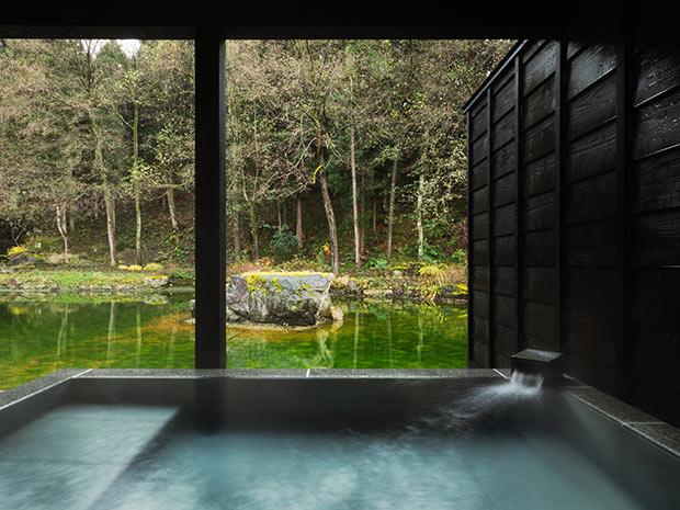 部屋付きの天然温泉。そのロケーションにも注目。