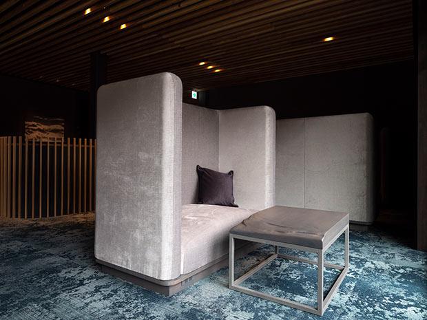 岡山県西粟倉村〈ようび〉のオリジナル造作家具〈snow cover〉。冬の空の色のようなグレーがすてき。